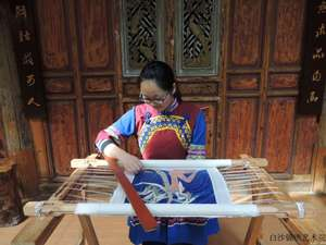Yang Xiaojie, senior embroiderer and embroidery teacher of Baisha Naxi Embroidery Institute