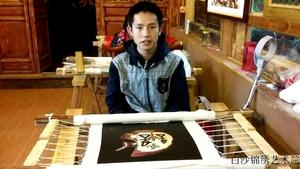 Bao Hailu, Naxi nationality, a lame embroiderer of Baisha Naxi Embroidery Institute