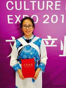 Wangjuan, Miao nationality, the youngest Embroidery Master of Baisha Naxi Embroidery Institute