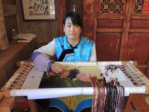 Yang Jinlan, Yi nationality, Embroidery Master of Baisha Naxi Embroidery Institute